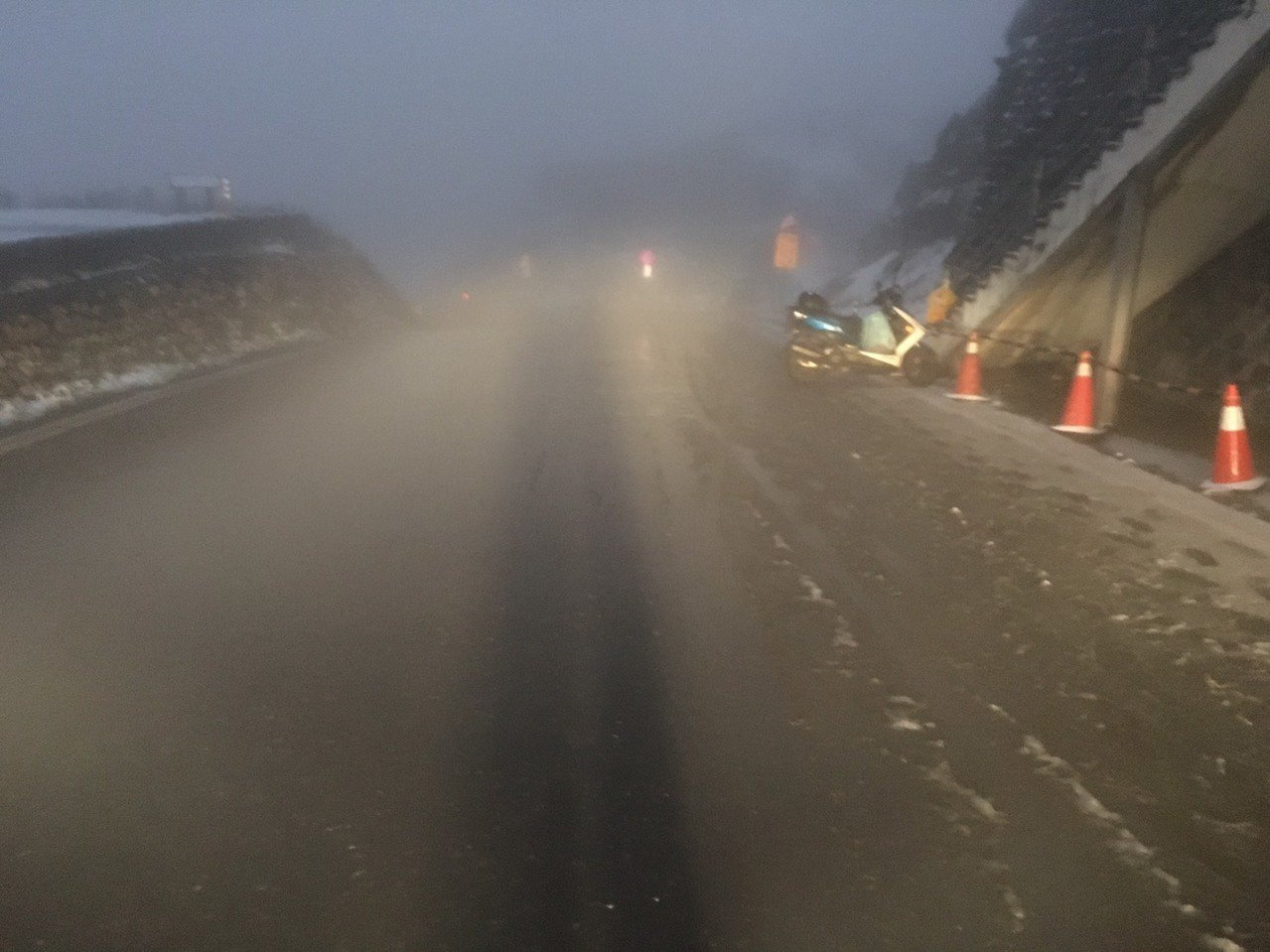 台14甲線武嶺路段到合歡山遊客中心路面結冰,車輛須加掛雪鏈才能通行。圖/公路總局...