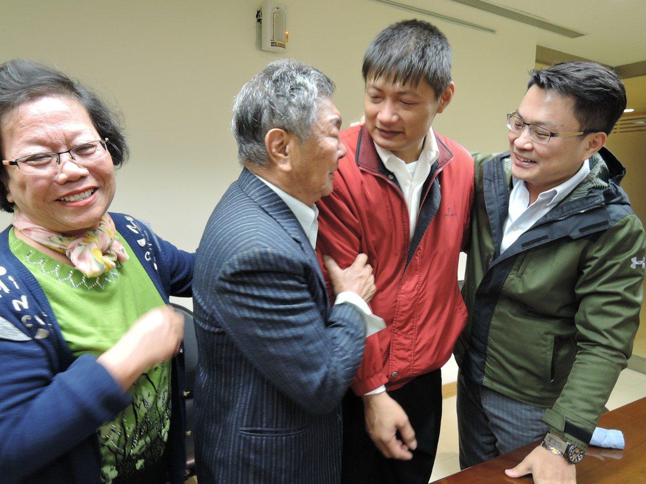 電視台記者傅家慶(右)和父母今天當面向救命恩人張慶龍(右二)道 謝。記者陳珮琦/...