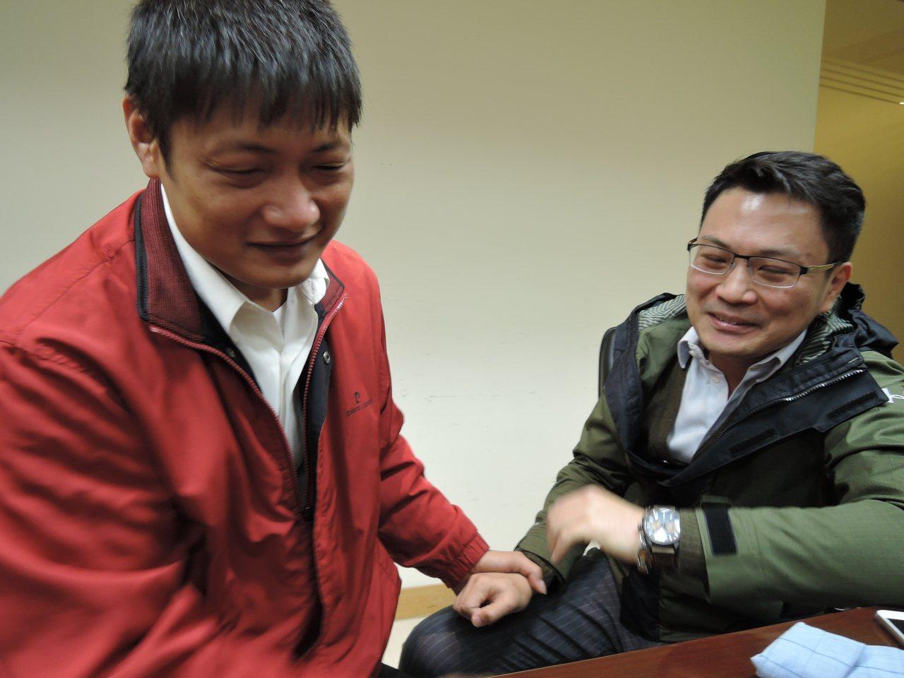 電視台記者傅家慶(右)當面向救命恩人張慶龍一再道謝,仍忍不住激動,淚水直流。記者...