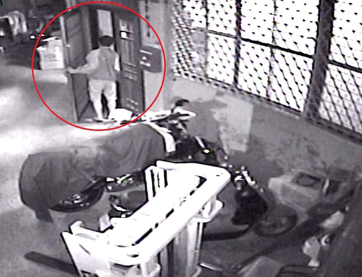 小偷趁屋主洗澡時,進入偷走二支蘋果手機。記者游振昇/翻攝