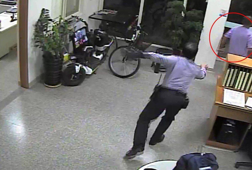 男子涉嫌侵佔遺失物,到派出所要領走時被員警追。記者游振昇/翻攝