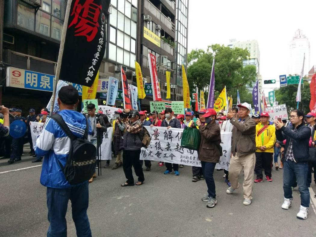 勞工團體不滿勞基法修法,昨天在立法院周邊遊行抗議。記者徐偉真/攝影