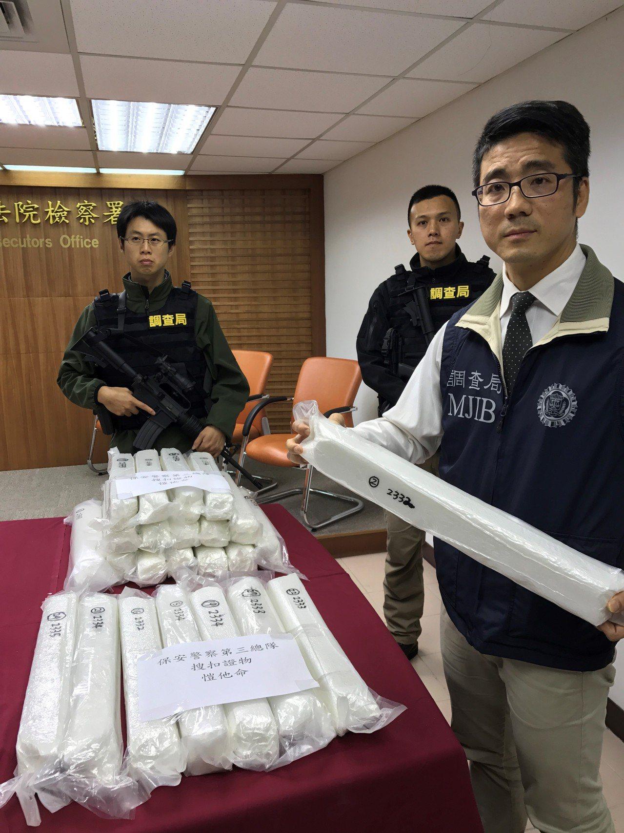 基隆地檢署上午召開破案記者會,邊境緝毒查到K他命195.842公斤,毒品就藏在木...