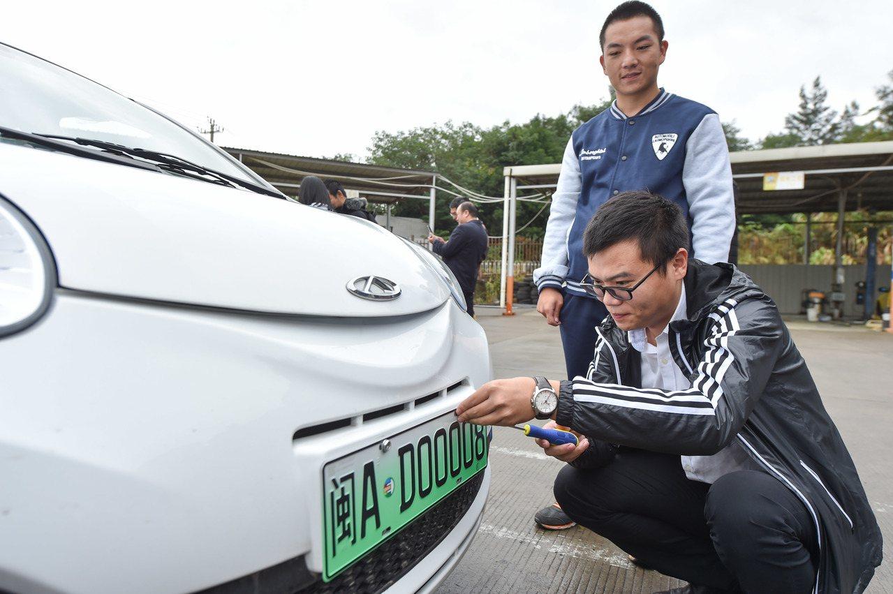 大陸目前已有12個城市使用新能源汽車專用車牌。新華社