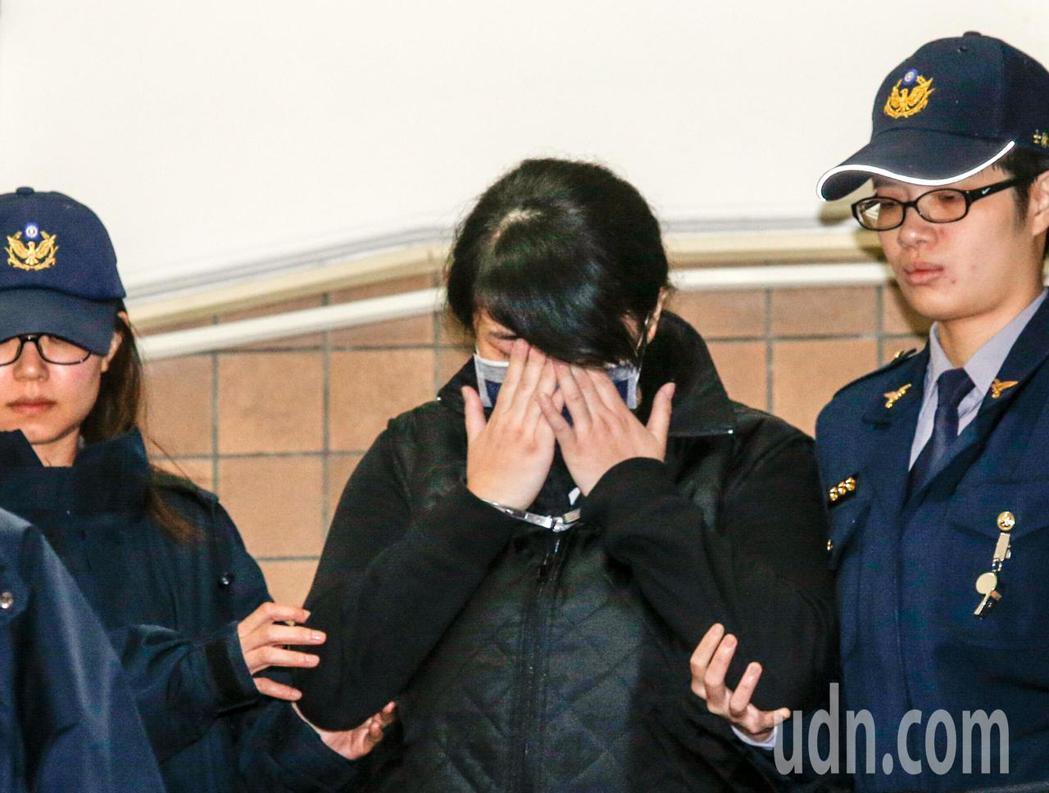 在桃園躲避警方攔查而倒車撞死女童的女毒犯丁易津上午在台灣高等法院出庭,丁女除了戴...