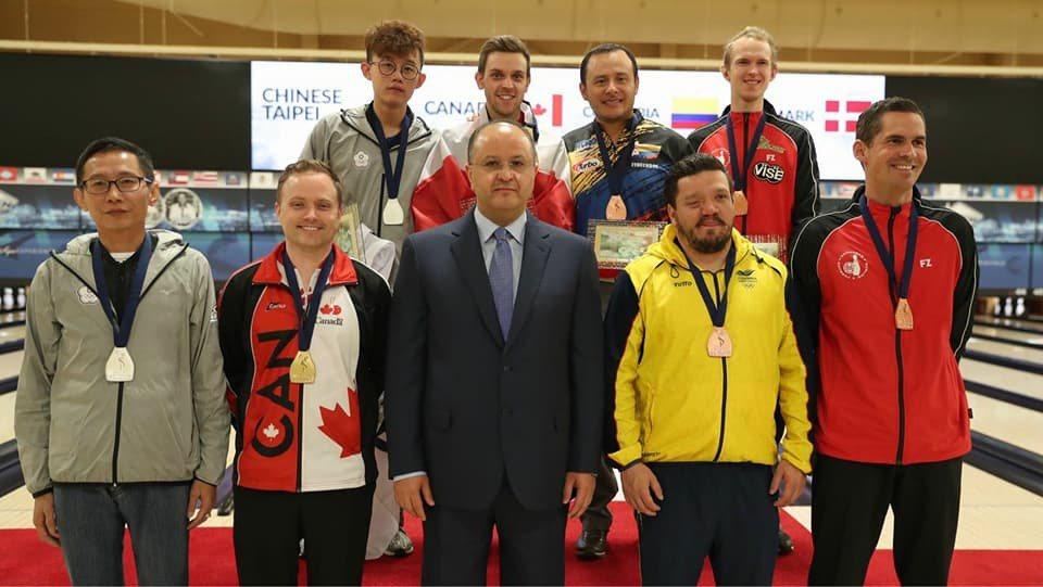 許哲嘉(後排左一)在2017年保齡球世錦賽奪下男子盟主賽銀牌。圖/取自World...