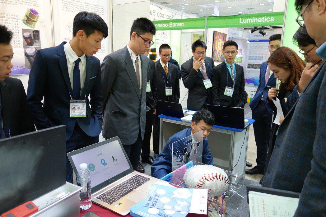 普台高中學生代表台灣參與韓國首爾發明展全程以英文講解作品。圖/普台高中提供