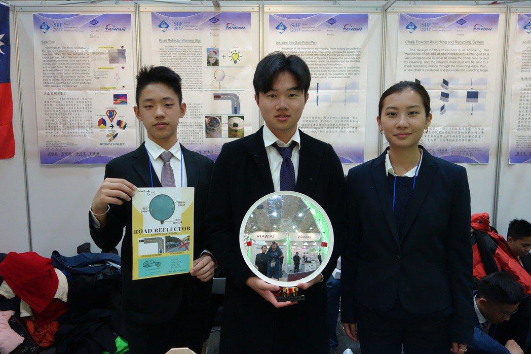 普台高中學生卓昱緯(左起)、鍾之元和邱禾瑄以「安全警示反光鏡」拿下金牌及特別獎。...