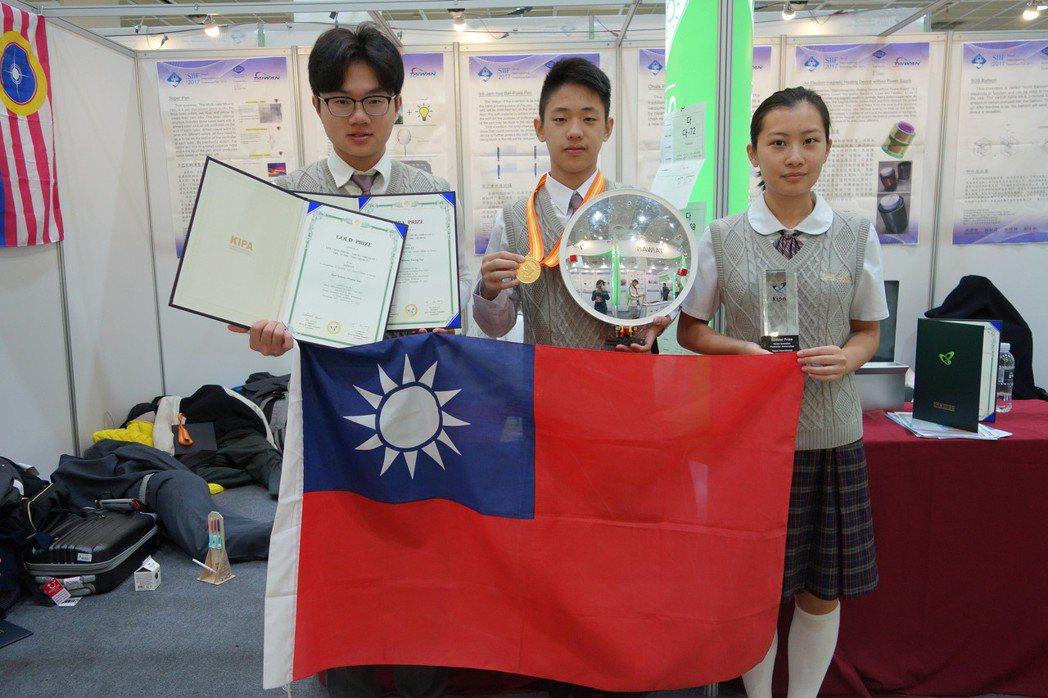 普台高中學生卓昱緯(左起)、鍾之元和邱禾瑄代表台灣拿下韓國發明展金牌和特別獎。圖...