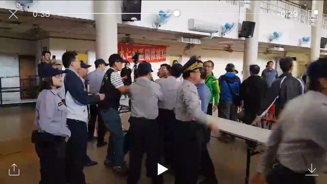 自救會成員激烈抗爭,員警見情況不對就得立即出手架開。圖/五分局提供
