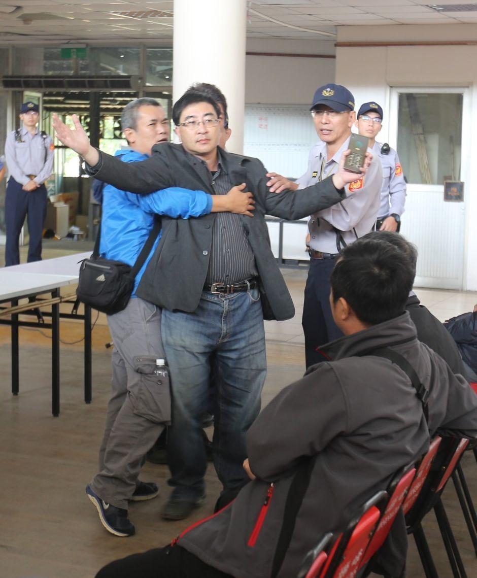 自救會成員激烈抗爭,員警見情況不對就得立即出手架開。記者周宗禎/攝影
