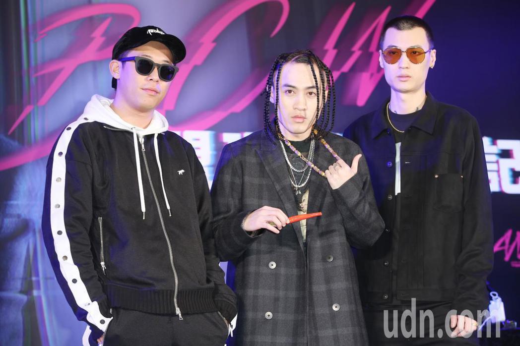 TY(右)及玖壹壹成員健志(左)也分別送上紅辣椒及金項鍊,希望BCW(中)的音樂...