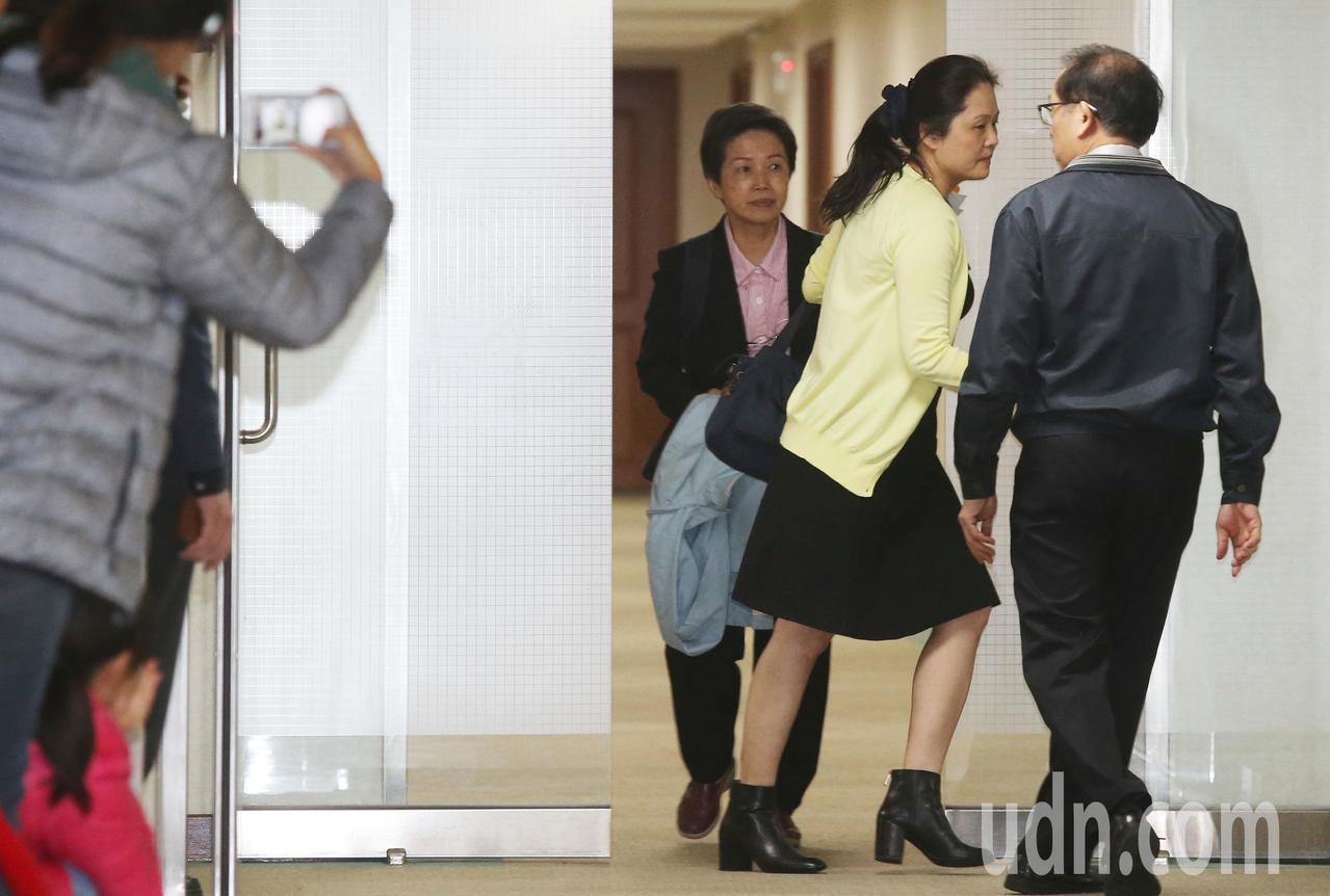 長庚董事長王瑞慧為躲媒體,快閃進會議室,媒體只拍到3秒畫面。記者林俊良/攝影