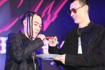 嘻哈歌手「BCW」今年1月正式加入「混血兒娛樂」,5日舉辦加盟環球唱片簽約記者會,釋出一年8位數打造,當天新單曲「 JIGGY$」也跟著上架。他回顧接觸嘻哈音樂,自認半路出家,2011年才把音樂當成...