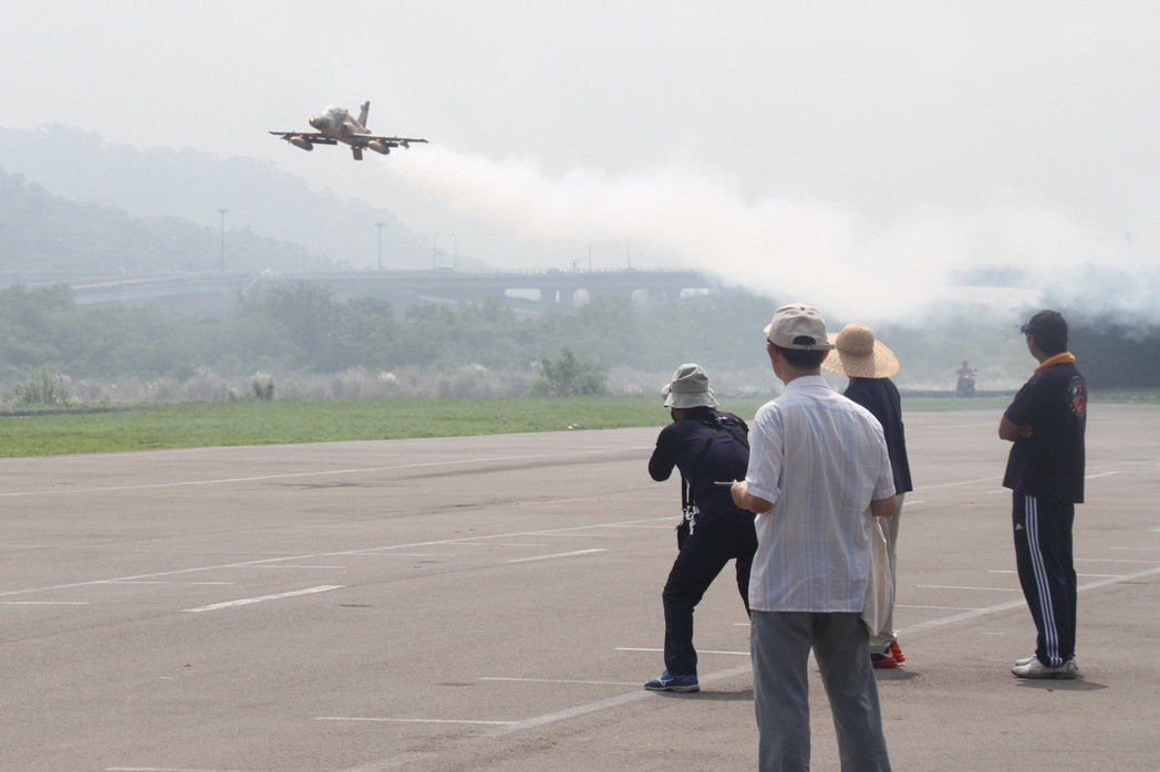 苗栗縣府將擬真機、空拍機等遙控無人機納入管理,今天通過管理辦法,規定從事飛航活動...