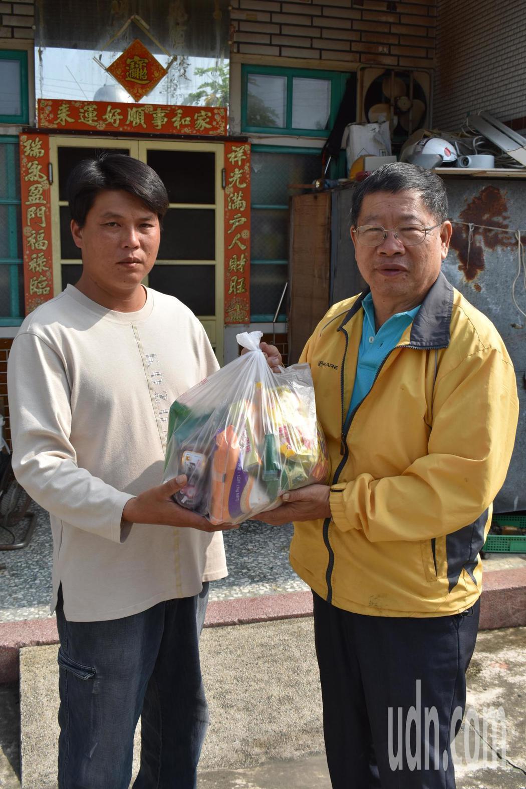 裕民村長翁永德(右)陪同翁壽繁(左)向外界求援。記者謝恩得/攝影