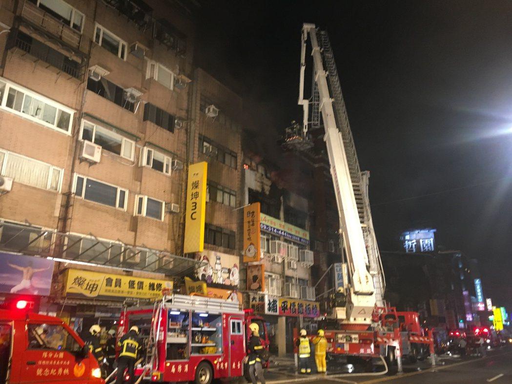 台北市八德路一處民宅大火。記者李承穎/攝影