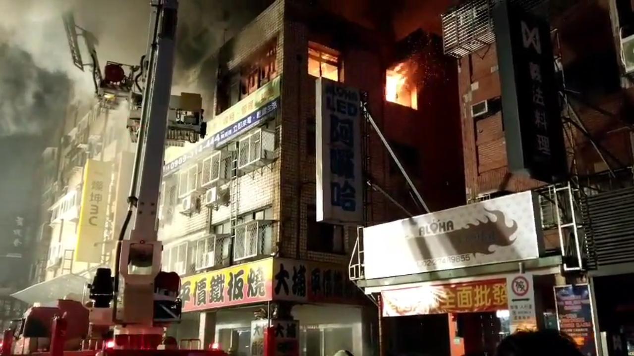 台北市八德路一處民宅傳出大火。記者李承穎/攝影
