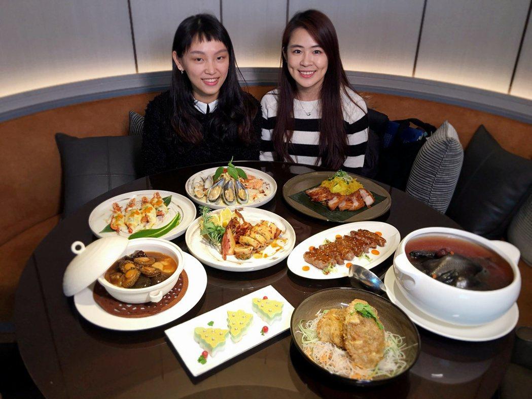 Mega 50耶誕大餐《超認真試吃》試吃員林依儒(右)、洪碩鎂(左)。記者魏妤庭...