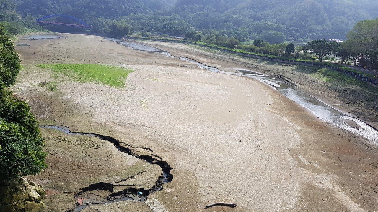 苗栗縣明德水庫蓄水量只剩24.48%,上游水庫區都已見底。圖/本報資料照片