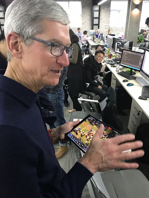 蘋果執行長庫克上海拜訪研發手機電競遊戲的「英雄互娛」。取自澎湃新聞
