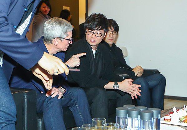 庫克與「英雄互娛」創始人應書嶺、總裁Daniel大聊遊戲、電競。取自澎湃新聞