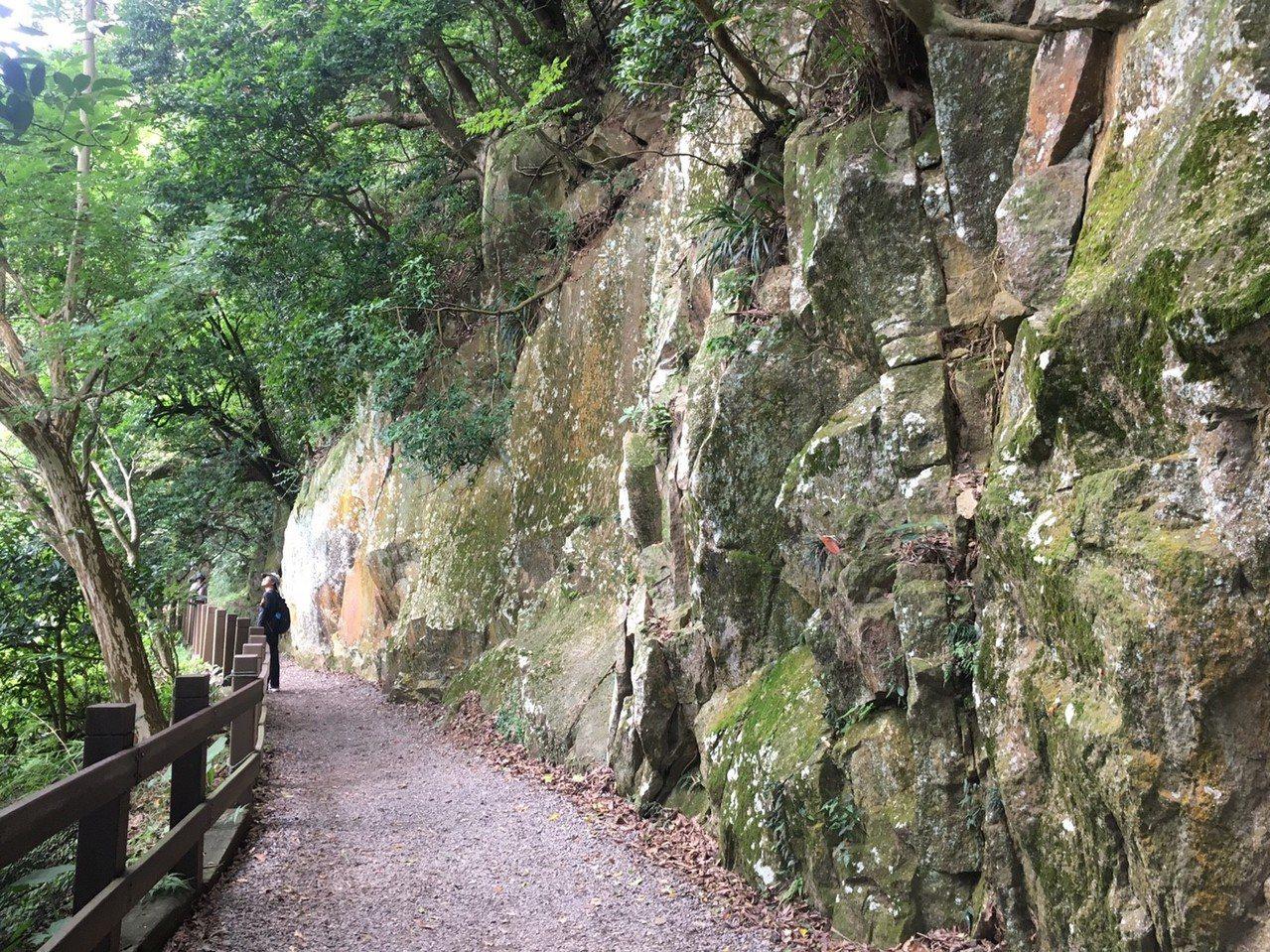 抵達翠峰亭前會經過一段裸岩峭壁。圖/摘自臺北市政府工務局大地工程處官網