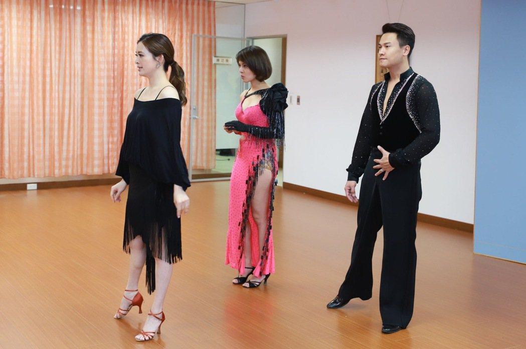 王建復、蘇晏霈學國標舞,第一堂課就穿國標舞衣,劉真被逗得大笑。圖/民視提供