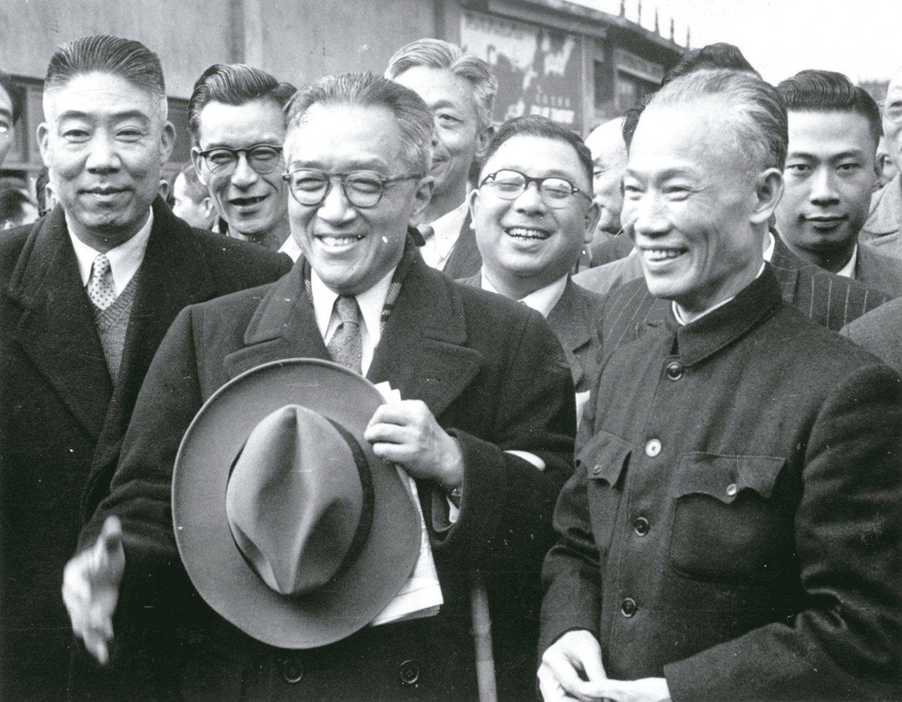 胡適(中)先生出行訪問,副總統陳誠(右)等人親至機場歡送。 圖/徐宗懋圖文館提供