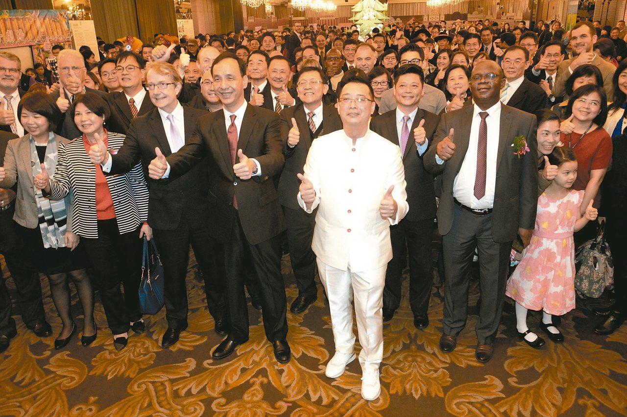 新北市長朱立倫、新加坡代表黃偉權,帶著外賓仿奧斯卡模式合影留念。 記者施鴻基/攝...