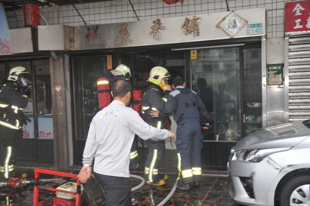 金山區中華路一間香鋪店昨天下午發生火警,阿嬤因停電點蠟燭釀災,消防人員及時趕至滅火。記者游明煌/攝影