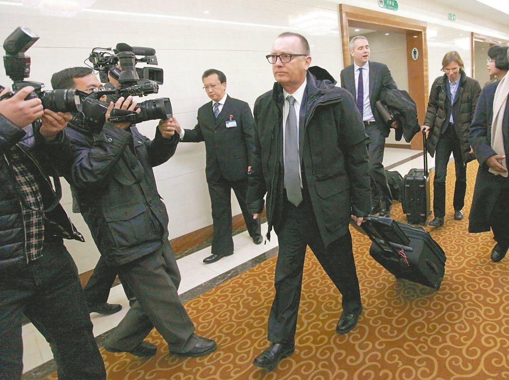應邀訪問北韓的聯合國副秘書長費特曼(中)五日抵達平壤機場。 美聯社