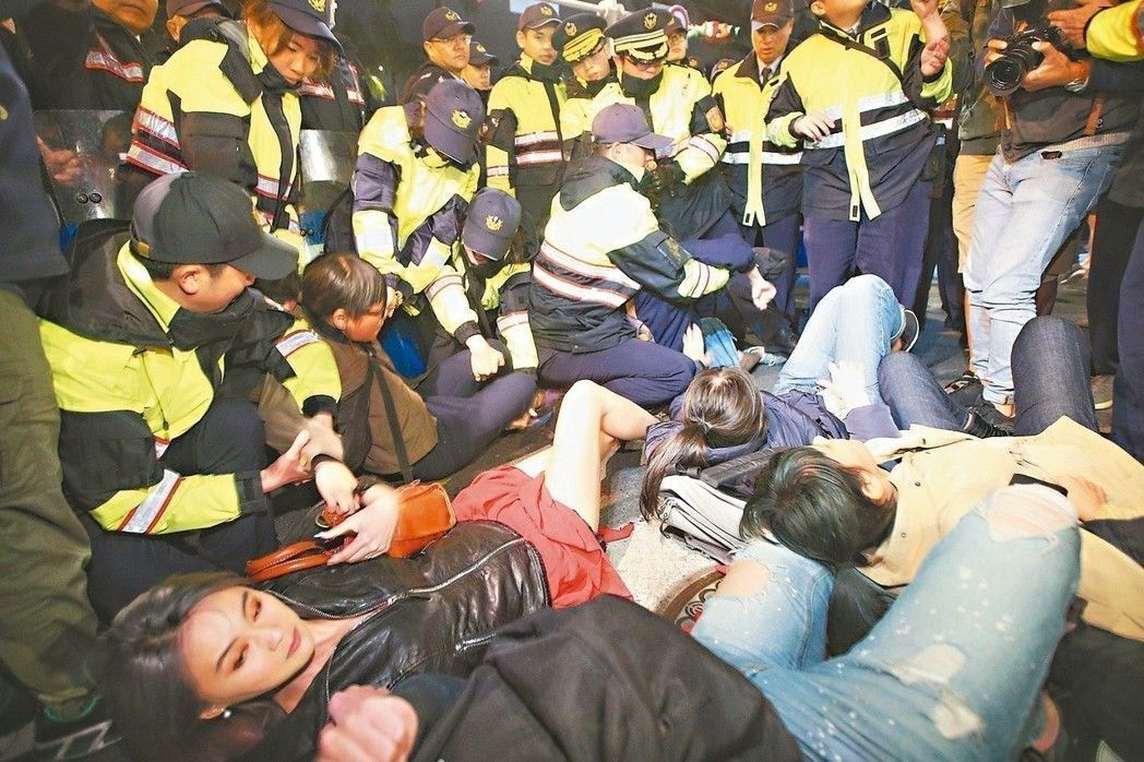 勞團抗議勞基法再修法,國民黨團人士透露,將繼續支持場外抗議勞團,給予必要「協助」...