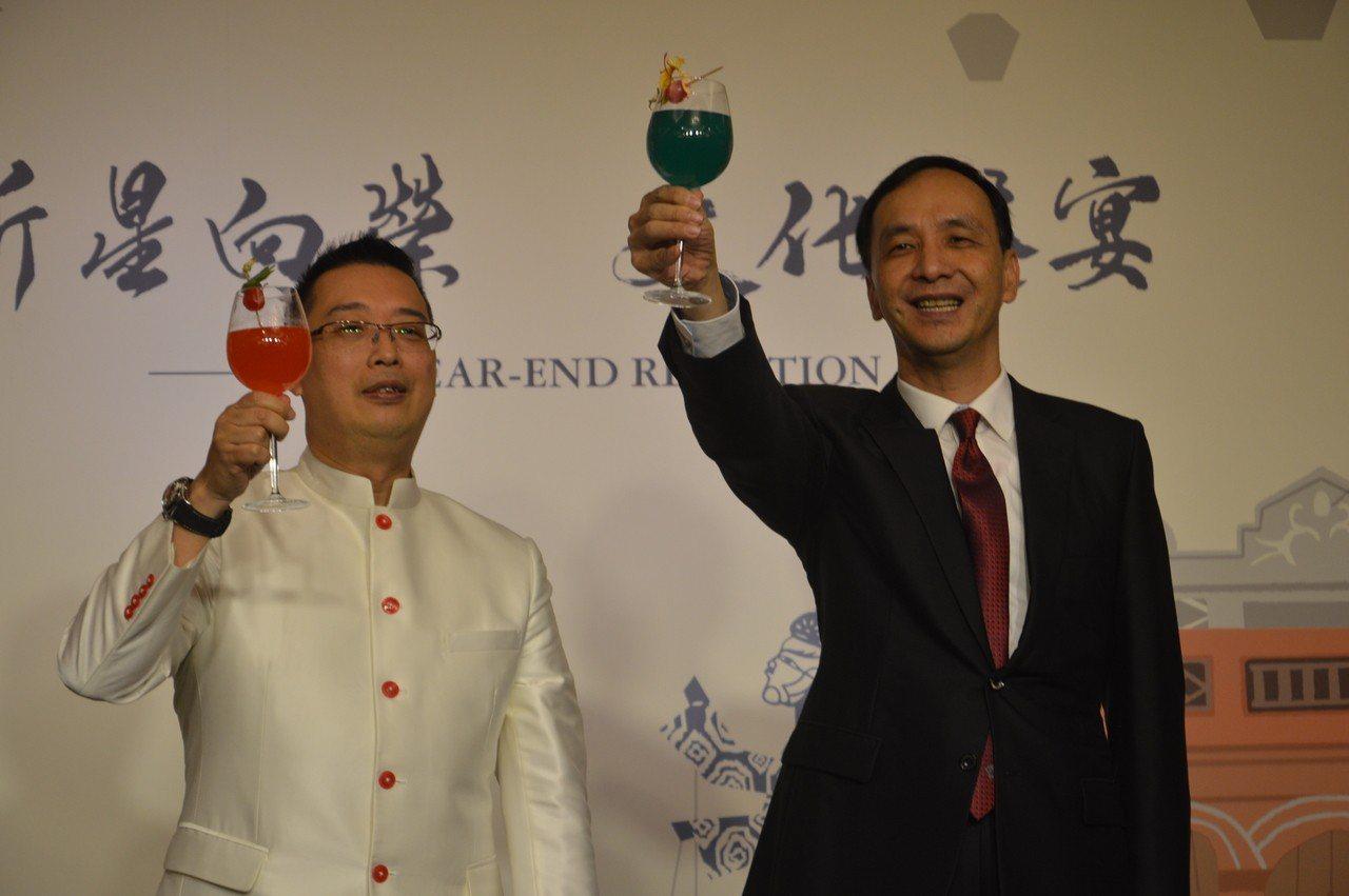 新北市長朱立倫(右)、新加坡代表黃偉權一起邀外賓舉杯,互祝快樂。記者施鴻基/攝影