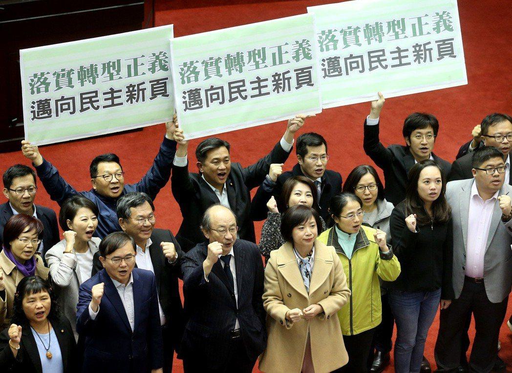 立院昨晚三讀通過促轉條例後,民進黨立委聚集歡呼。 記者余承翰/攝影