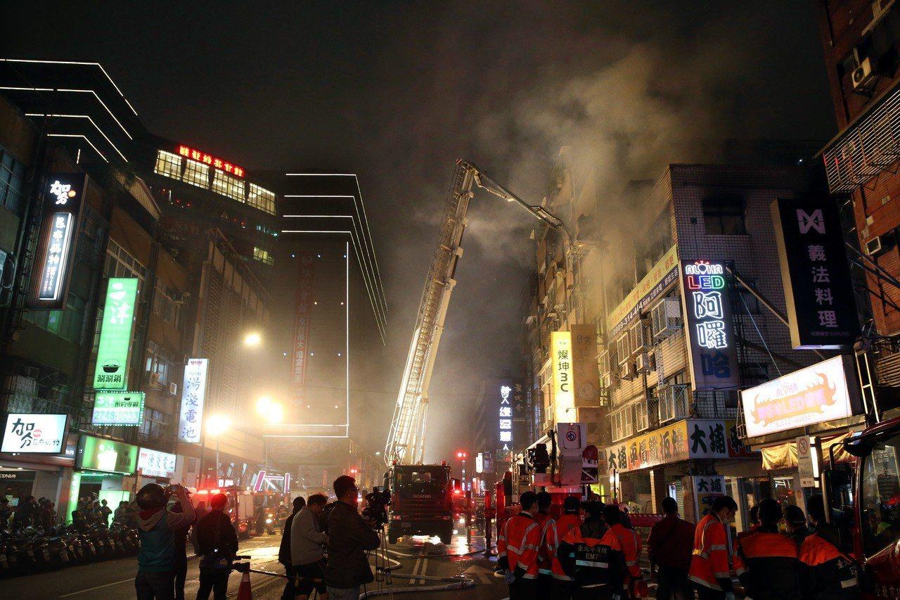 台北市八德路四段一棟5樓住宅昨晚發生火警,起火點在4樓,現場消防員積極搶救滅火。...