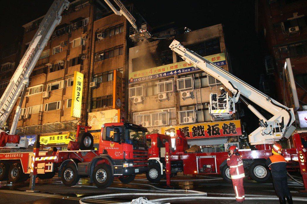 台北市八德路四段一棟5樓住宅5日晚間發生火警,起火點在4樓,現場消防員積極搶救滅...