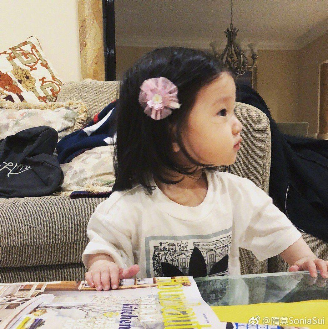 隋棠PO出女兒Lucy的照片,透露寶寶10個月大了。圖/摘自微博