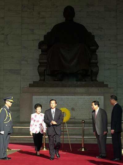 2000年,時任總統的陳水扁率文武百官前往中正紀念堂,向先總統蔣公銅像獻花致敬。...
