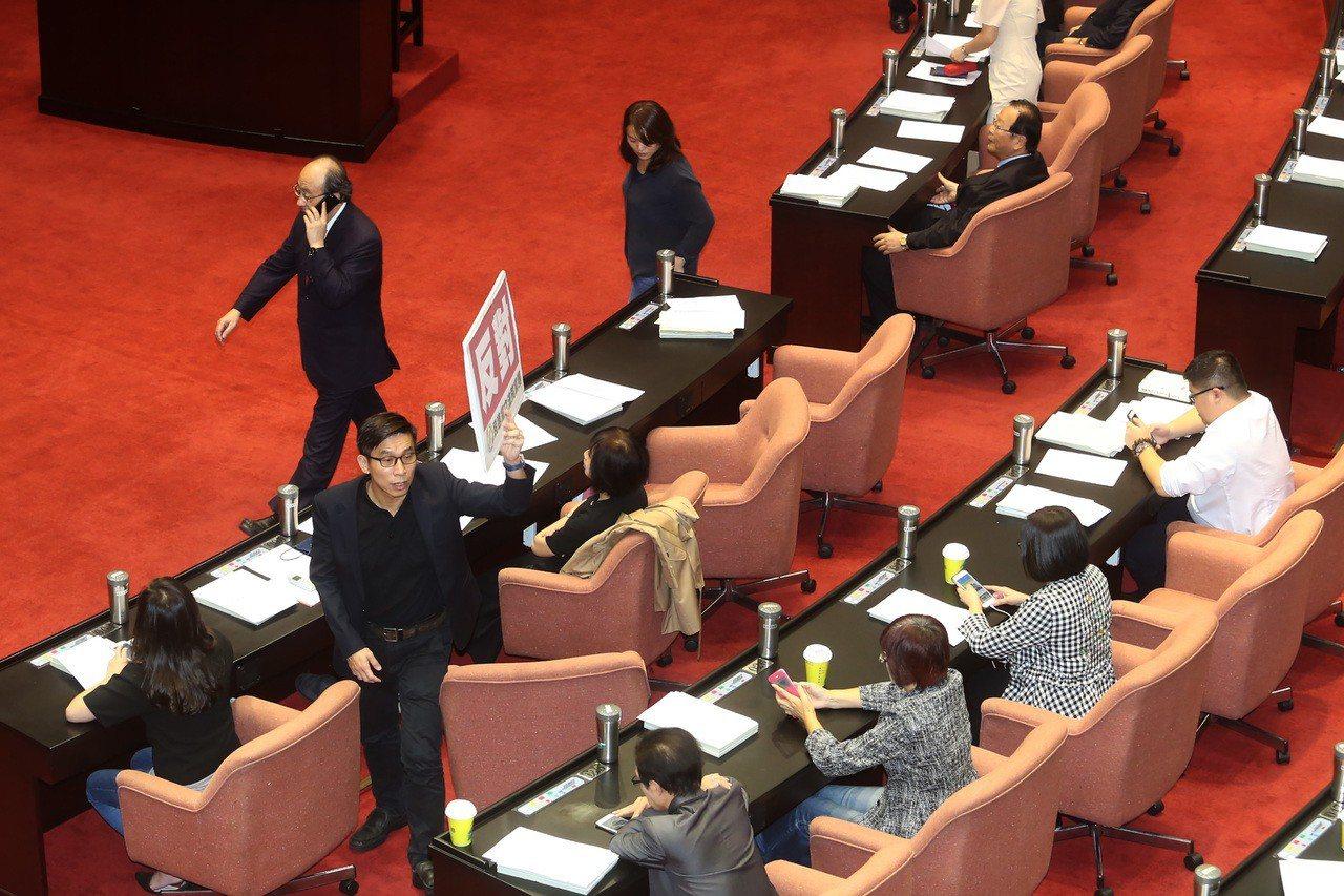 立法院院會11月10日審理政黨法草案,並針對草案部分內容進行表決,朝野立委各自投...