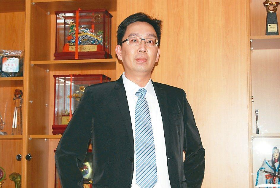 專業生產鐵屑輸送機的逢吉工業執行長鄭志鵬。 魯修斌/攝影