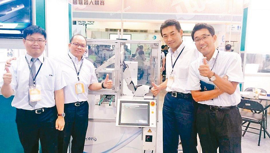 技高公司總經理陳一豪(左二)介紹日本FUJI Smartwing免調教型機械臂。...