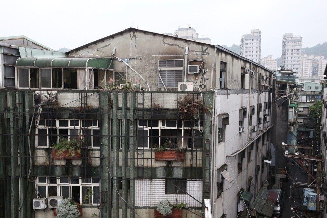 奪走9條人命的新北市中和區公寓出租雅房就是頂樓加蓋違建,存在高風險。記者高彬原攝...