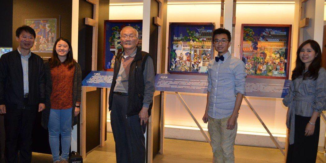 林喬彬處長(左一)與呂興貴藝師(左三)師徒及其作品合影。 陳慧明 攝影
