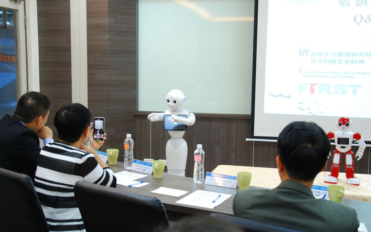 與會貴賓對於AI智慧的發展有高度興趣。 楊鎮州/攝影