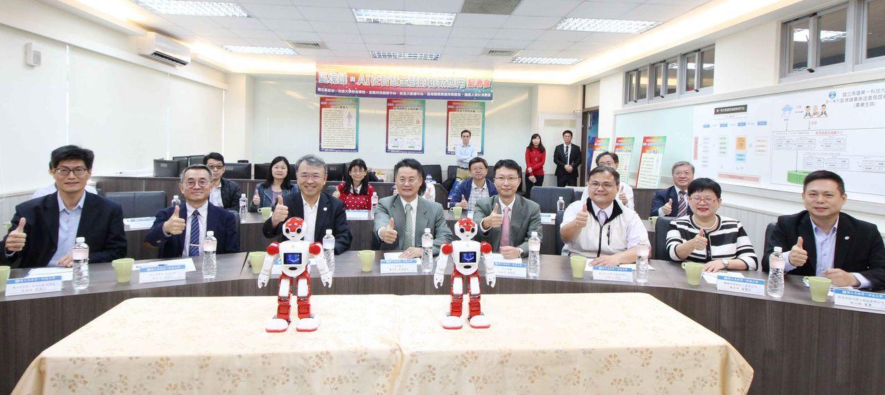 校長陳振遠(前排左三)與出席貴賓合影。 楊鎮州/攝影