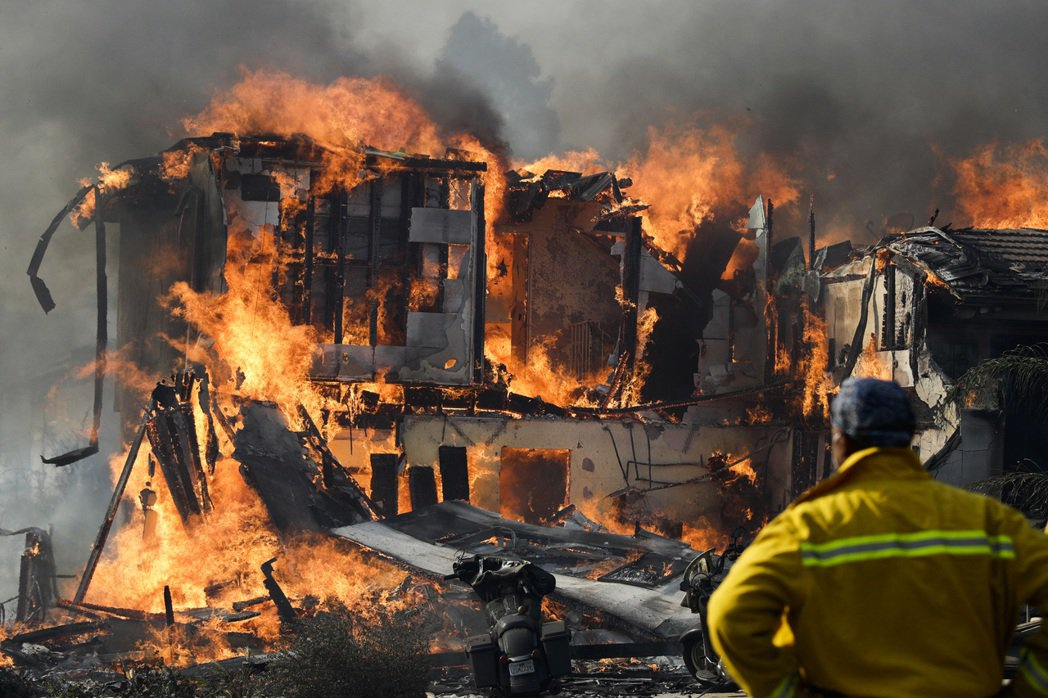 南加州洛杉磯附近野火快速延燒,5日使成列住宅和一所精神病院變成廢墟。 編譯組