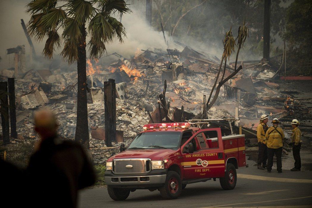 南加州洛杉磯附近野火快速延燒 數萬人撤離家園 編譯組