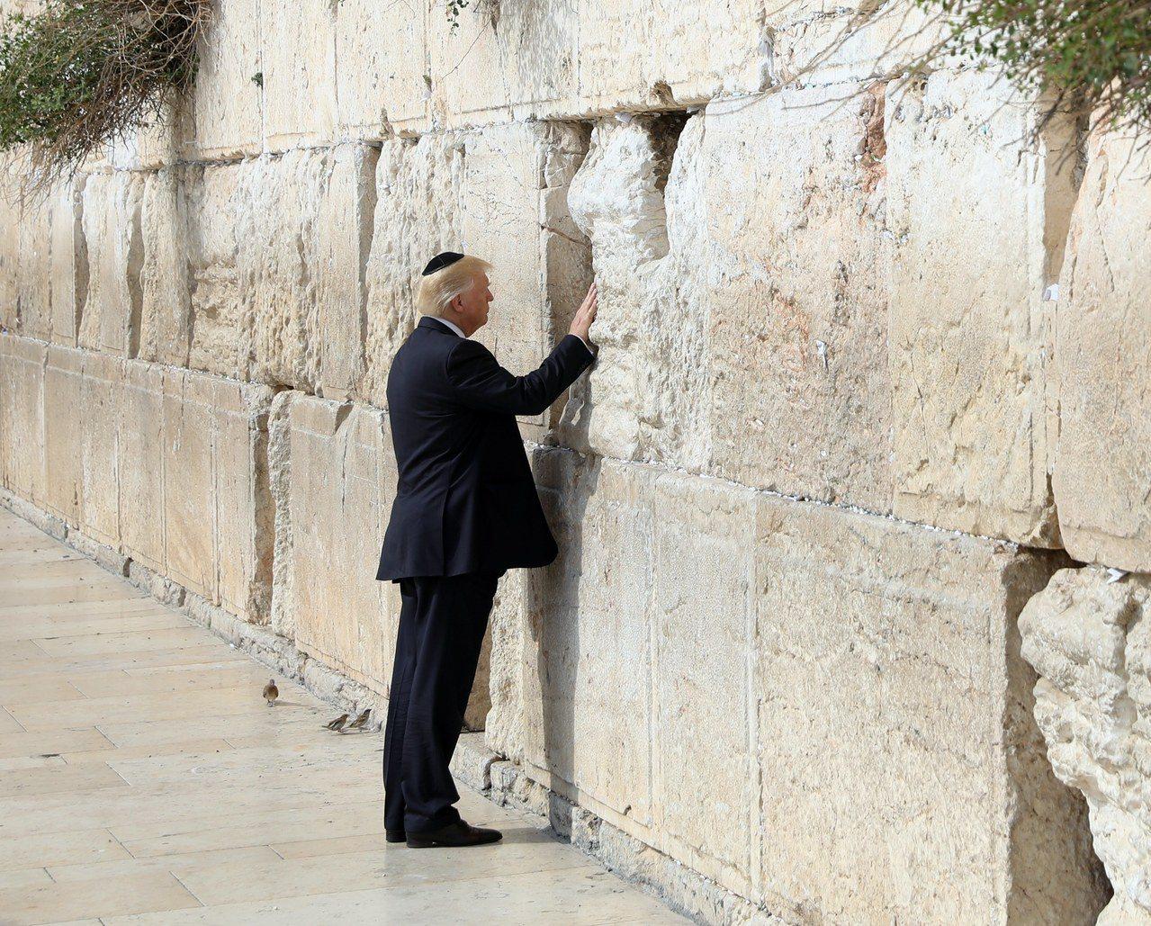 川普總統5日打電話給包括巴勒斯坦自治政府主席阿巴斯(Mahmud Abbas)、...