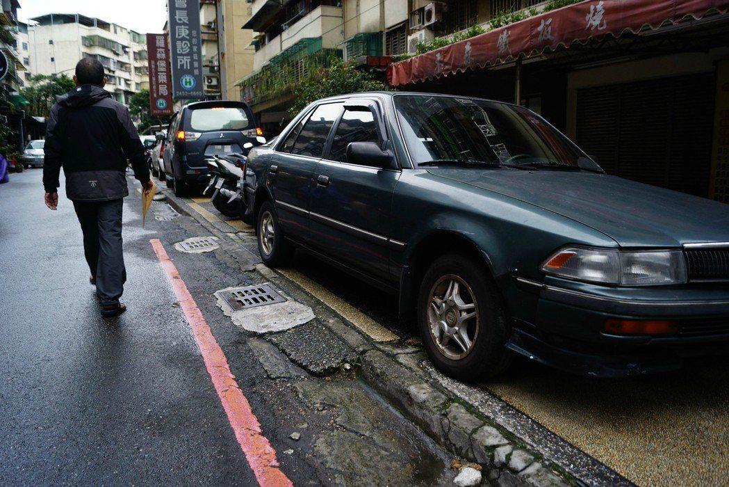 社區巷弄車位不足,造成「假車庫」現象普遍。 報系資料照